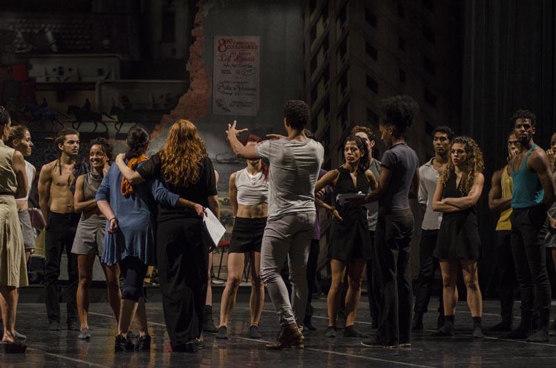 foto de Carlos Acosta haciendo las correcciones a pieza Babbel 2.0,una de las obras de Temporada de Otoño