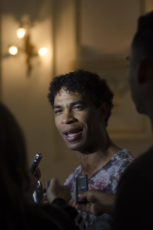 Carlos Acosta conversa con la prensa cubana